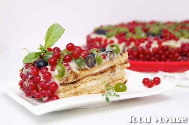 Медовик «Каприз Пастушки» с ягодами русского сада