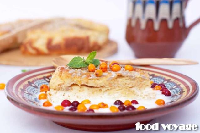 Пирог с творогом и соусом из йогурта