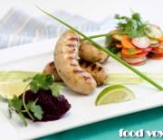 Рыбные колбаски с свекольной икрой и салатом в азиатском стиле
