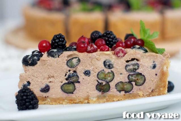 Медовый пирог с начинкой из творога, шоколада и ягод русского сада