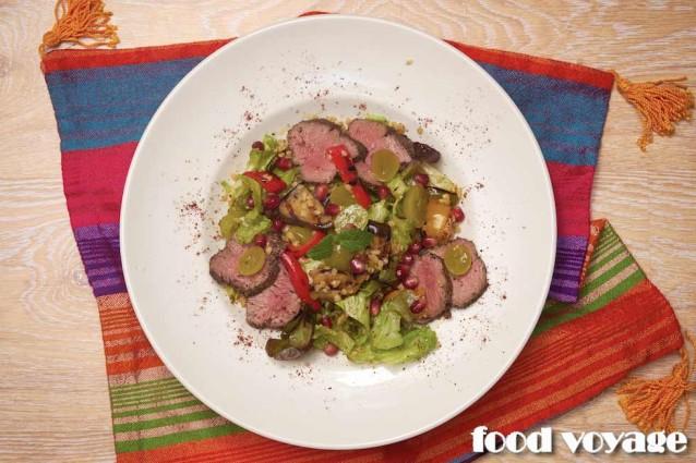 Тёплый салат с филе ягнёнка, овощами гриль, булгуром и виноградом