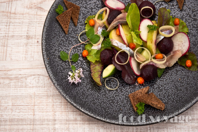 Салат из печенной свёклы с малосольной сельдью