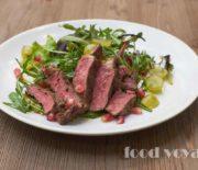 Тёплый салат с альтернативным стейком, овощами гриль, булгуром и виноградом