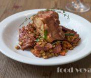 Зелёная Чечевица тушенная с свиными ребрышками, колбасой чоризо, копченым окороком и овощами