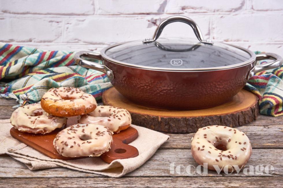 Творожные пончики с семенами льна и глазурью из белого шоколада
